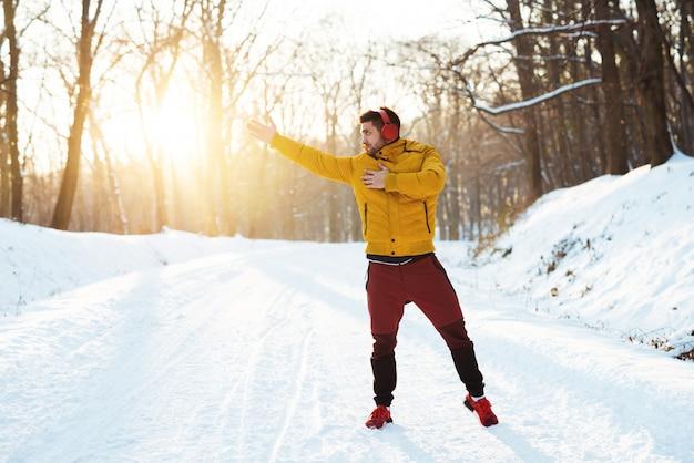 ハードモーニングトレーニング屋外の前に警告するハンサムな若いスポーツマン