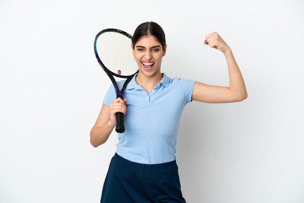 強いジェスチャーをしている白い背景で隔離のハンサムな若いテニスプレーヤー白人女性
