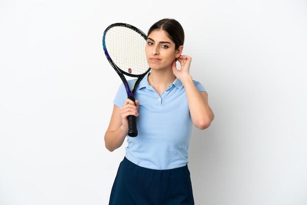 흰색 배경에 의심이 격리된 잘생긴 젊은 테니스 선수 백인 여자