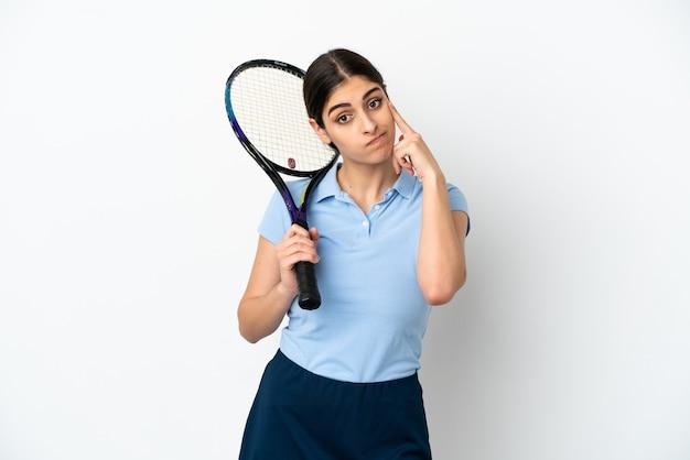 흰색 배경에 고립 된 잘 생긴 젊은 테니스 선수 백인 여자 생각 생각