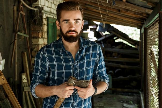 Handsomeでハンサムなひげを生やした男