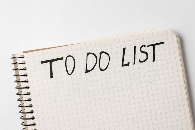 Уведомление о почерке список дел. ноутбук на белом. вид сверху.