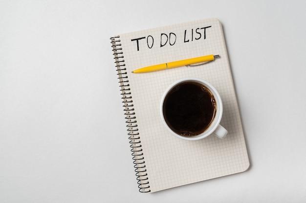 메모장 할 일 목록에 손으로 쓴 알림. 아침 계획 개념입니다. 흰색 배경.
