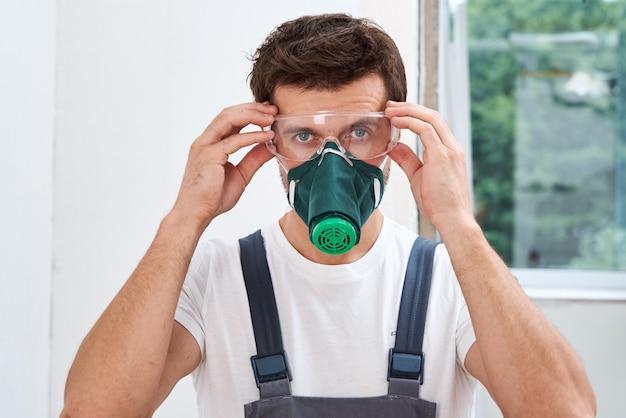保護メガネとマスクを持った便利屋
