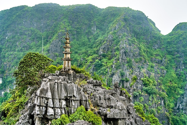Смотровая площадка ханг муа в живописном районе транг, недалеко от ниньбинь, вьетнам