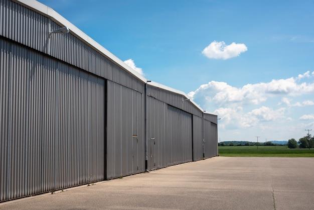 小さな空港の格納庫の外観。民間航空