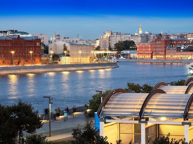 モスクワ川の街の背景に格納庫