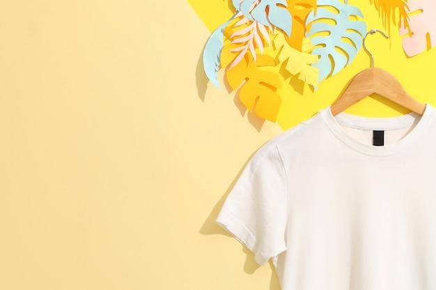 Вешалка с пустой белой футболкой на разноцветной