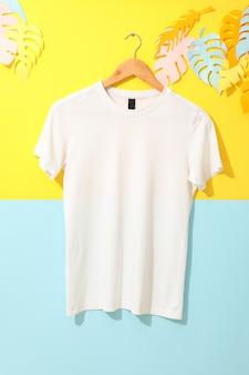 2つのトーンの空白の白いtシャツとハンガー
