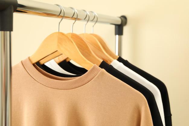 세련된 스웻 셔츠가 달린 옷걸이