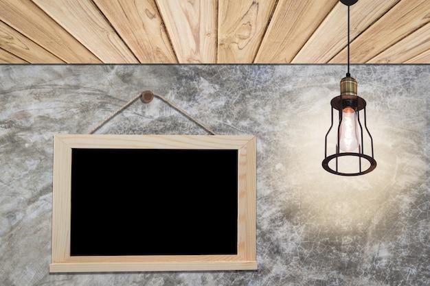 部屋に黒板とヴィンテージランプを掛ける