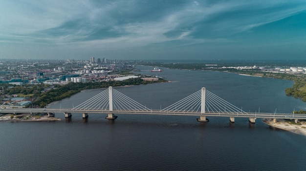 ダルエスサラーム市を結ぶ吊り橋