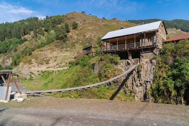 村の山川に架かる橋。トゥシェティ。ジョージアへの旅行