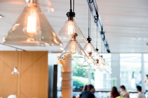 현대적인 공용 사무실 공간에 천장 조명 매달려