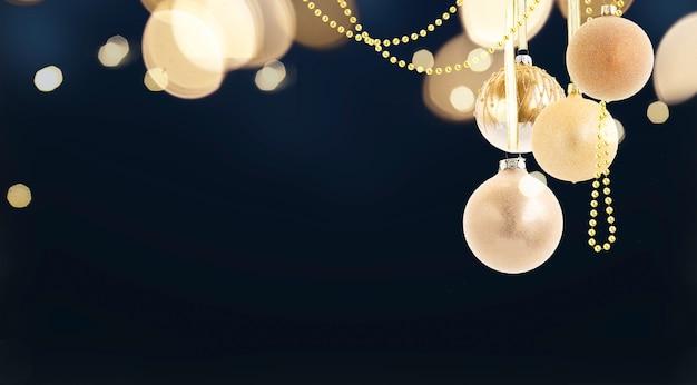 Висячие золотые елочные шары на черном фоне с копией пространства, веб-баннер