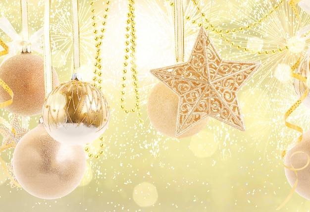 Висячие золотые елочные шары ряд на золотом фоне боке