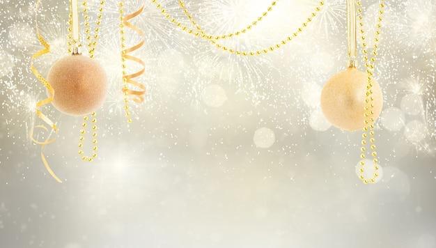 Висячие золотые елочные шары с гирляндами на серебряном фоне боке с копией пространства