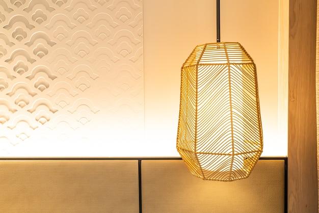 Подвесной светильник в комнате