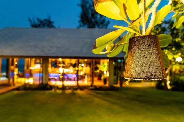 Подвесной светильник в саду