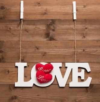 心で愛のボードをぶら下げ