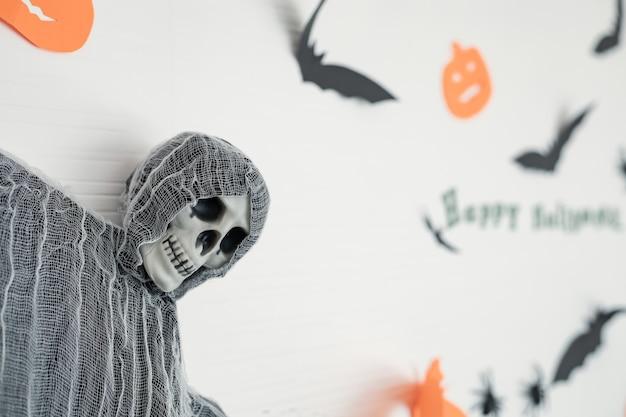 매달려 있는 장식품, 할로윈 축제의 장면들이 방의 벽에 걸려 있습니다. 할로윈 장식의 장식입니다.