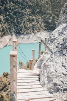 コンゴストデモンレベイの山に木製の階段をぶら下げ