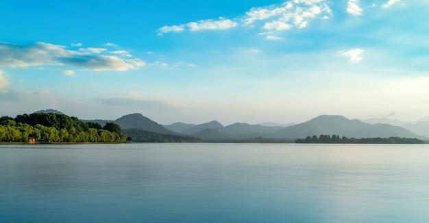 Ханчжоу западное озеро природные пейзажи и далекие горные отражения