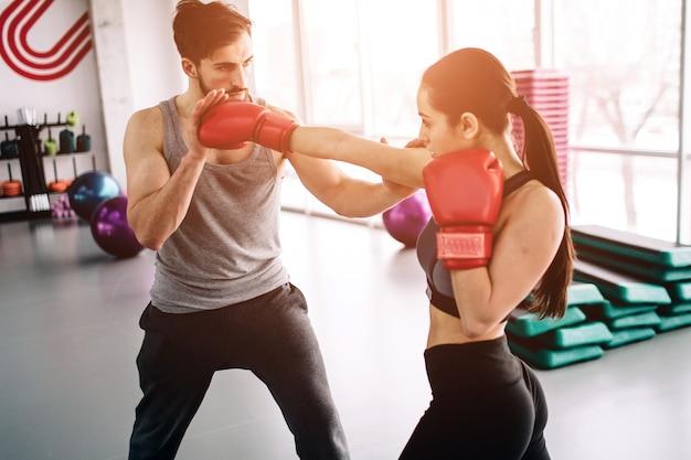ハンサムでしっかりしたパートナーが一緒にボクシングをしている
