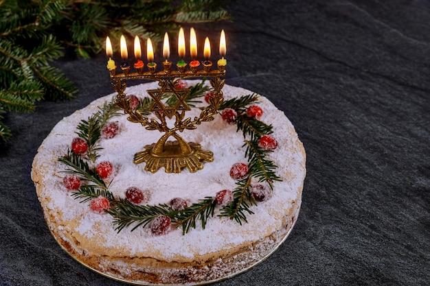 Ханукальный торт с горящей менорой на вершине