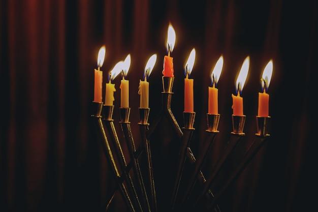 Ханукальная менора с зажженными свечами