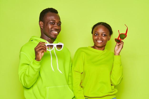 Happ ycouple позирует в зеленых одеждах