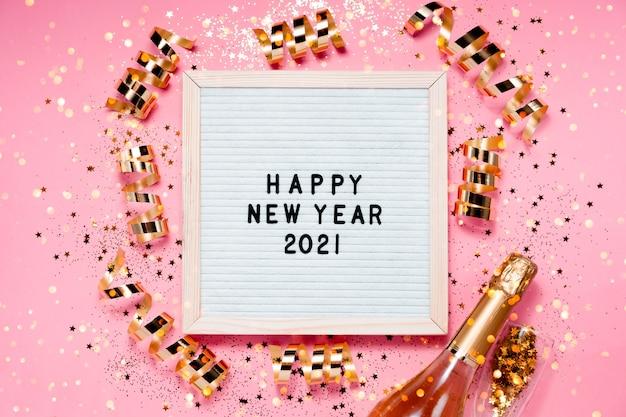 Happe new year2021レターボードとクリスマスデコレーション。