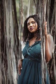 행복한 외부 정원, 평온한 젊은 흑인 여성