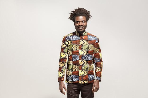 伝統的な服の歯を見せる笑顔で幸せアフリカ人