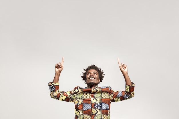 복사 공간에서 손가락을 가리키는 행복 아프리카 남자