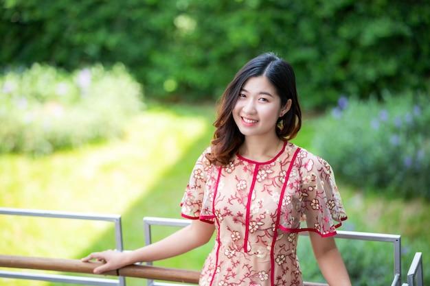 Счастье и уверенность молодой азиатской женщины - самые красивые вещи на открытом воздухе.