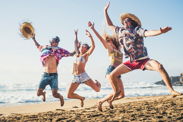 幸せと若い世代の人々は、夏休みにエバッハで友情の中で一緒に楽しみ、狂ったようにジャンプし、青い海と空でたくさん笑います