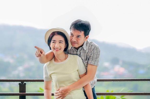 Счастье азиатской пары средних лет в отпуске.