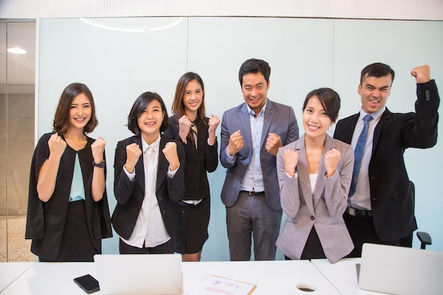 행복 사업 사람들은 일을 마친 후.