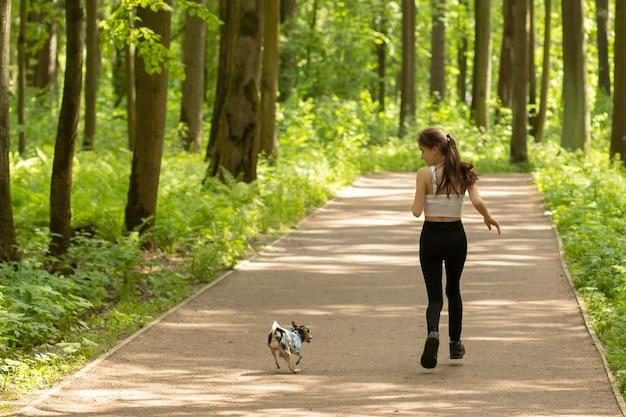 행복, 감정, 가족 가치 개념. 소녀는 강아지와 함께 달리고, 재미있게 놀고, 놀아요.