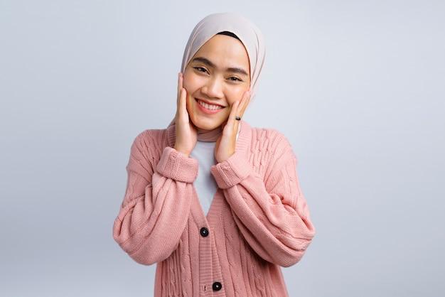 白地に美しいアジアの女性の幸せの顔