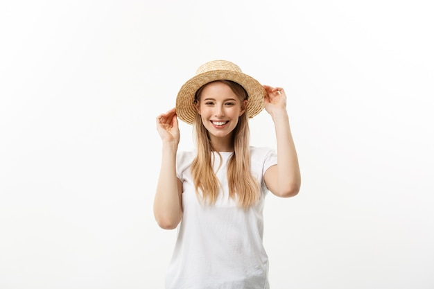 幸せ。幸せな夏の女性がスタジオで隔離。ビーチハットをかぶって歓声を上げる興奮した若い女性のエネルギッシュな新鮮な肖像画。