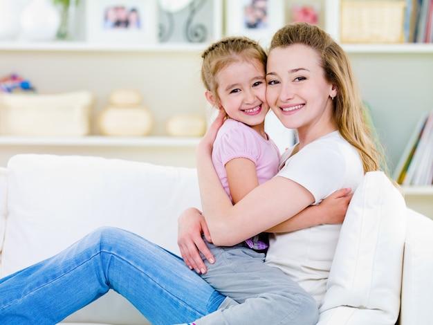 Felicità della madre con la figlia