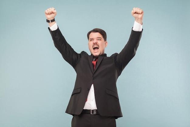 Счастье успешный человек в костюме побеждает