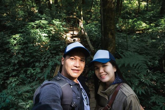 풍요로운 자연 열대 우림 한가운데서 셀카를 찍는 행복 여행 커플