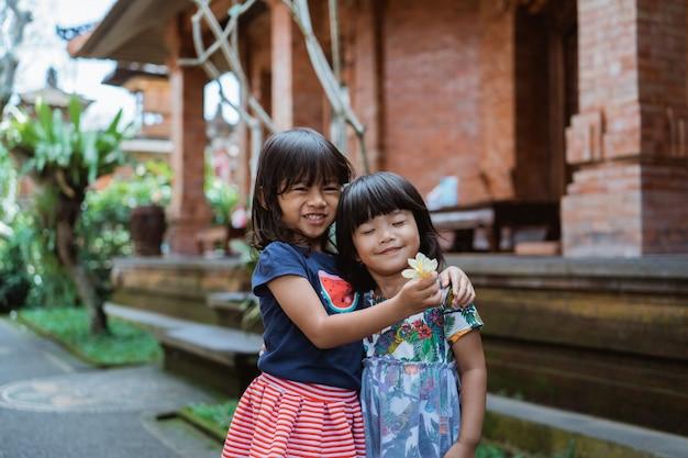 家の前に立っている幸せ2かわいい女の子