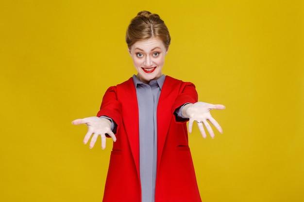 Женщина счастья в красном костюме с зубастой улыбкой и показывает руки