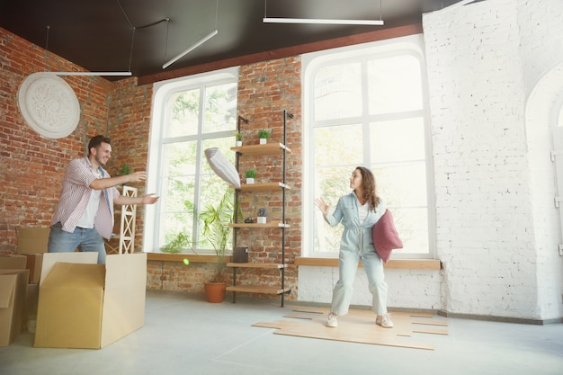 幸福。若いカップルは新しい家やアパートに引っ越しました。幸せで自信を持って見える