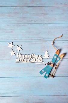 파란 스키와 함께 행복 한 2018 새 해 카드