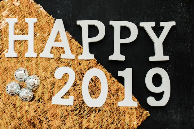 Счастливая надпись 2019 с оранжевыми блестками